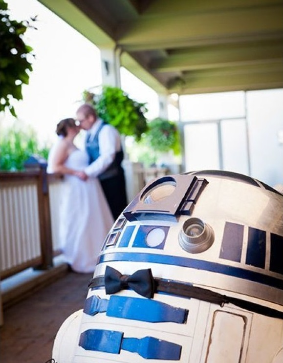 R2D2 Photobombs Wedding Photos